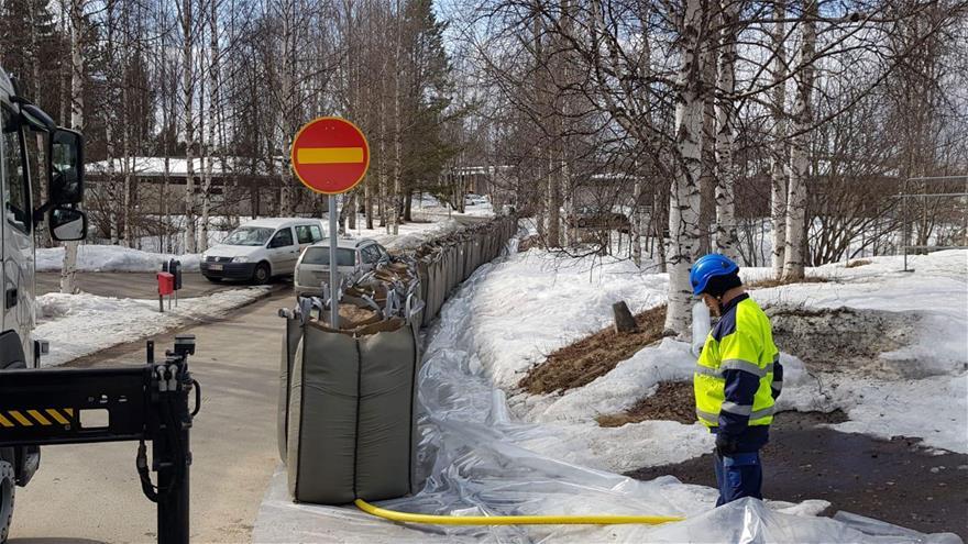 Tulvasuojauksen rakentamista Saarenkylässä